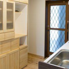 ゴミ箱も隠せる作り付けの食器棚