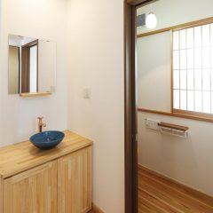 信楽焼の手洗い鉢と作り付けの洗面台