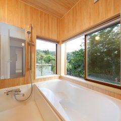 景色を楽しむヒノキのお風呂