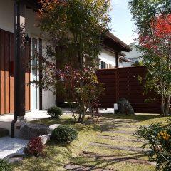 植栽と枕木のアプローチ